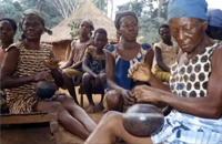非洲宫廷妇女演奏的双铃